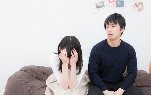 泣く女性を見つめる男性